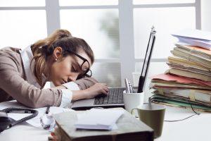 Mulher a dormir no trabalho